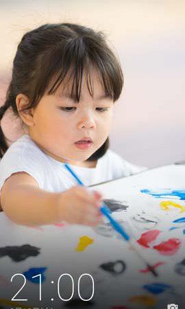 絵を描く女の子の写真のロック画面