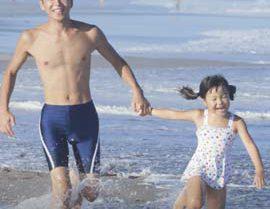 海岸を走る親子の写真が写ったロック画面