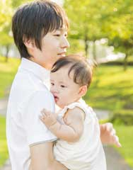 お父さんが子供を抱いている写真