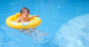 浮き輪の子供の写真