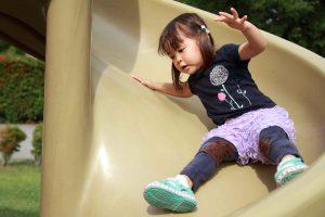 滑り台を滑っている女の子
